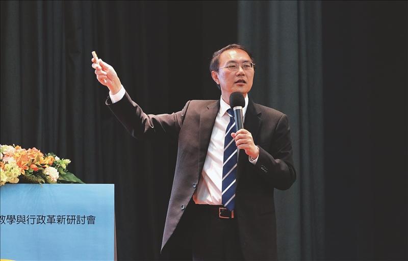 教務長林俊宏以「轉型中的教務工作:創新與超越」為題進行專題報告。(攝影/淡江時報社游晞彤)
