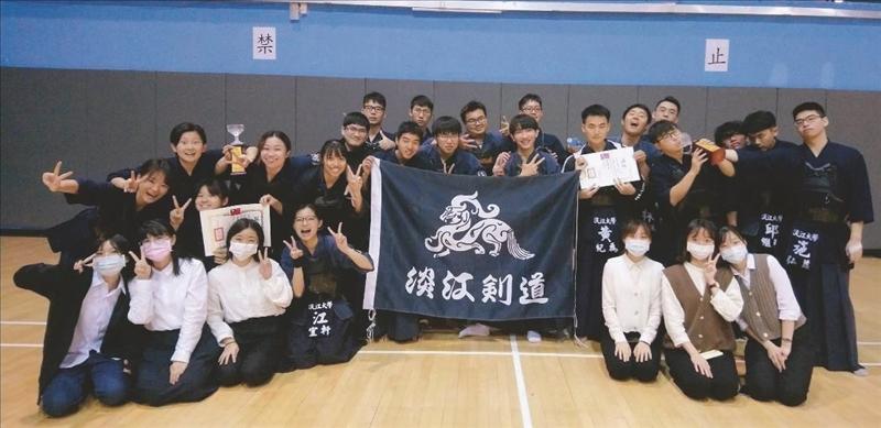 劍道社於「第45屆全國學生劍道錦標賽」中,大專男子與女子團體得分賽雙料冠軍,賽後開心合影。(圖/劍道社提供)