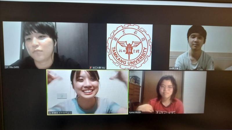 雙方學生開心進行小組交流。(圖/國際暨兩岸事務處提供)