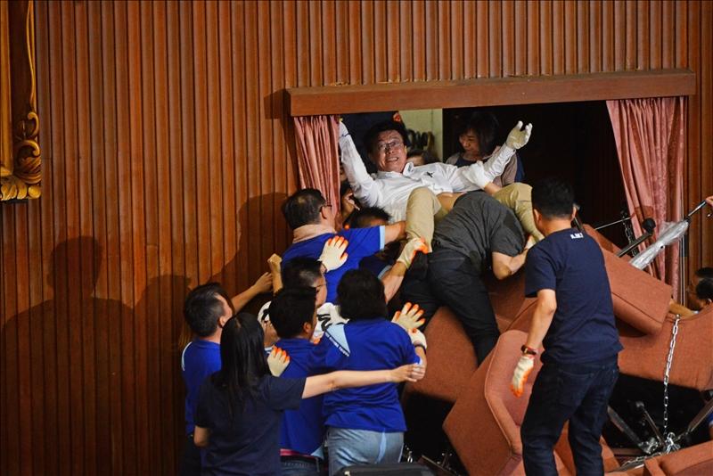 趙世勳獲2021台灣新聞攝影大賽「突發新聞類」優選作品:立法院政黨衝突。(圖/趙世勳提供)