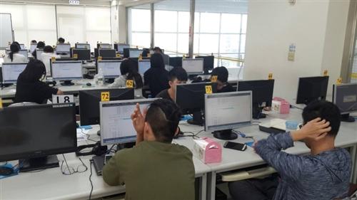 R 語言(統計分析)--資管系程式設計工作坊