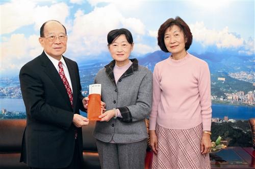 中文系退休教師申時方(右)及其姊姊申時元(中)拜會創辦人張建邦(左),並捐贈百萬設立獎學基金。