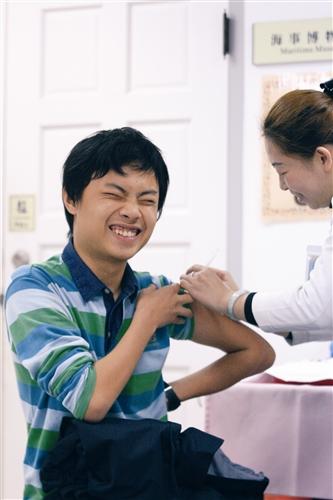 因應「H1N1新型流感疫苗接種計畫」,本校衛生保健組於23、24日為全校教職員工生施打疫苗。圖為學生接種疫苗情形。