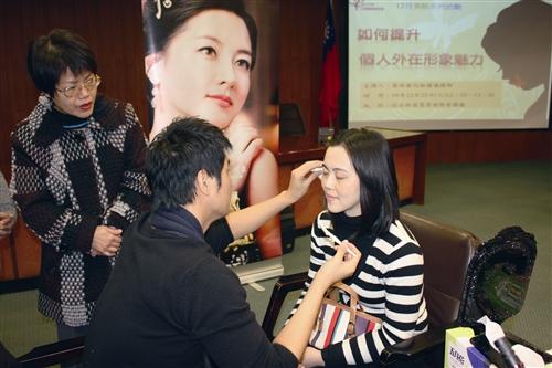 女聯會活動彩妝師正為聽講者修眉