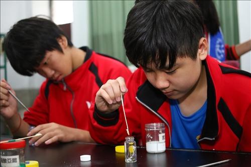 興仁國中的同學正專注的完成自己的實驗成品