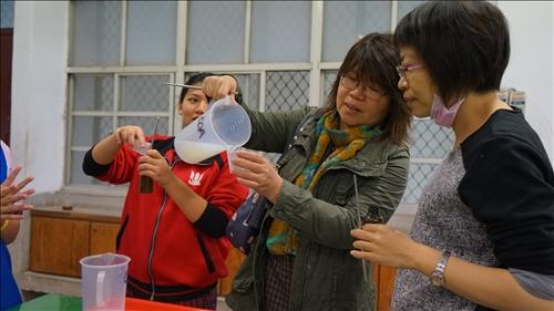 興仁國中的老師也與同學一同進行洗手乳實驗操作體驗