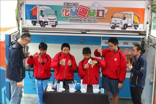 興仁國中的同學上台選擇自己想進行糖度檢測實驗的飲料