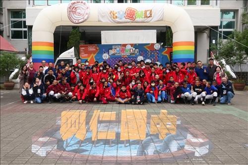 興仁國中的師生與淡江的工作人員一同在立體彩繪前合影