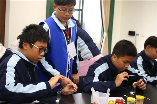 虎尾國中擔任助手的學生學以致用,於實驗期間協助指導同學進行實驗