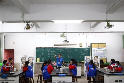 興仁國中擔任助手的同學提前接受淡江工作人員的實驗指導及注意事項