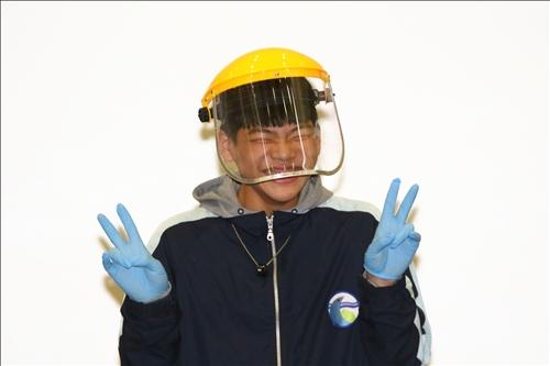 鳳林國中同學第一次嘗試配戴護目頭盔操作實驗,在同學起鬨下開心獨照一張