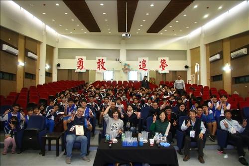 參與鳳林國中活動的師生、淡江工作人員、台灣志氯員工於活動前合影