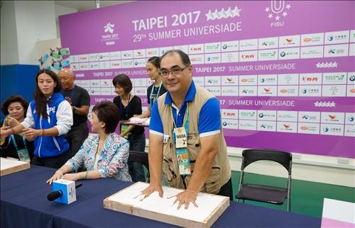 舉起台灣的手在淡江永遠留下印記