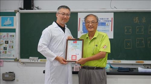 小港國中的校長為淡江團隊頒發感謝狀
