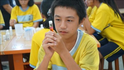 """興中國中的同學專注觀察""""碘""""的顏色變化"""