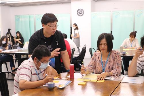 林彥伶老師帶領設計教學故事的實作活動