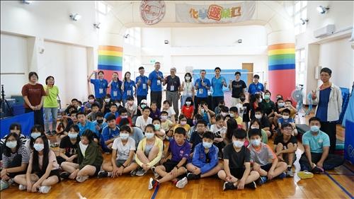 介壽國中小的師生與淡江團隊一同於實驗前進行大團拍