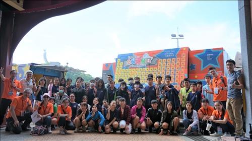 中正國中小的同學與淡江團隊一同於化學車分析車前合影留念