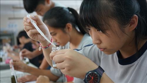 鳳林國中的同學專注地將水溶液滴入小玻璃瓶內