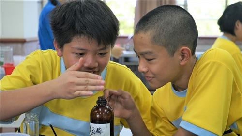興中國中的同學謹記講師的教導,用搧聞法了解瓶內氣味