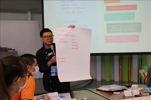 蔡明修老師帶領設計教學故事的實作活動