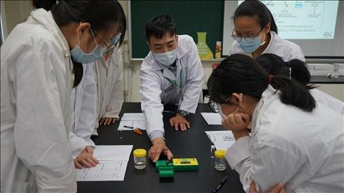 默克人員向同學們展示如何使用RQflex® 20 反射式光度計