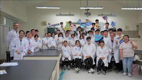 馬祖高中師生與淡江團隊、默克團隊一同著實驗衣進行大合照