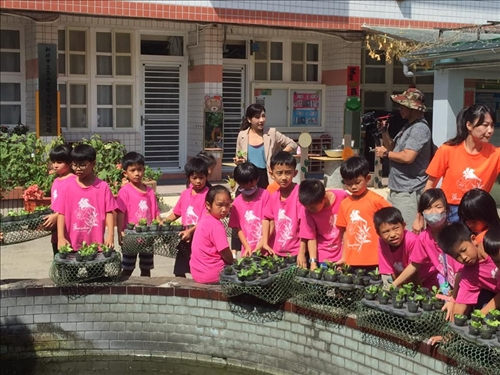 學生與蔬菜小盆栽