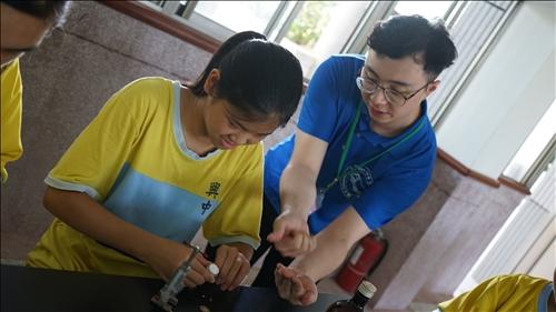 興中國中的同學在淡江大學輔導員的協助下進行實驗操作