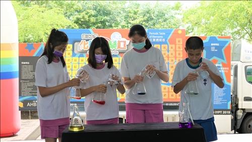 南隆國中的同學踴躍上台參與化學魔術六色彩虹橋的表演