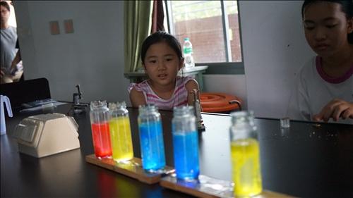 南隆國中的同學專注地欣賞實驗奔騰水母燈的化學反應