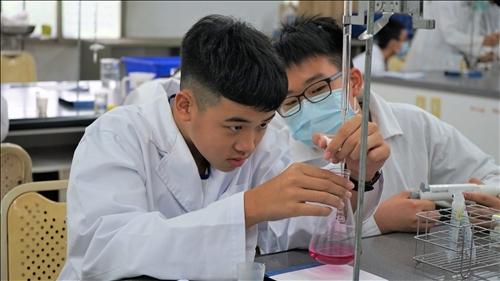 小港國中的同學專注地進行滴定實驗操作