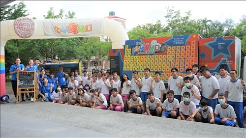 南隆國中的師生與淡江團隊一同於分組實驗前進行大合照