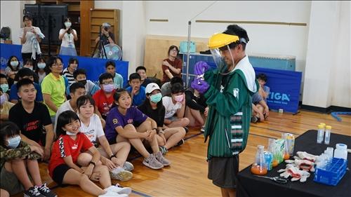 介壽國中的同學向台下同學展示銀鏡反應的變化