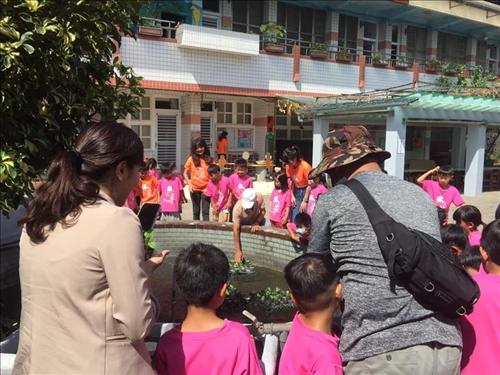 李鎮榮講師親自示範盆栽擺放方法