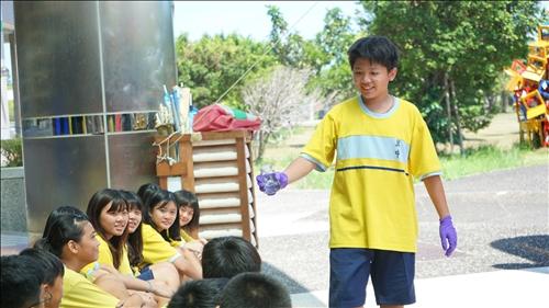 興中國中的師生協助進行銀鏡實驗,並下台讓同學能更仔細看見反應