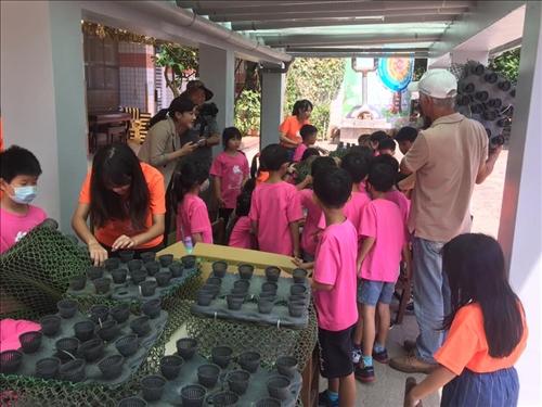 學生動手栽種蔬菜小盆栽