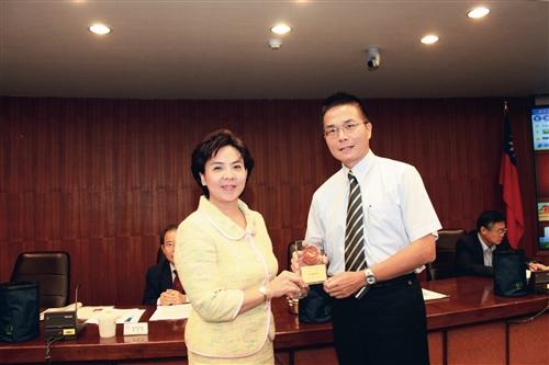 行政會議中,校長室秘書黃文智(右)接受校長張家宜頒獎。(圖/凃嘉翔)