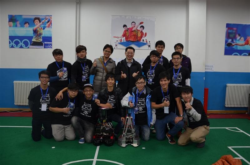 電機系教授兼智慧自動化與機器人中心主任翁慶昌、助理教授鄭吉泰與李世安所帶領的電機系機器人研發團隊,日前參加於中國北京(Beijing, China)所舉行之「第19屆2014 FIRA (Federation of International Robot-soccer Association)世界盃機器人足球賽」,分別奪下了「中型視覺全自主足球機器人組(RoboSot)」足球賽(Robot Soccer)冠軍和「人形機器人組(HuroCup)」全能賽(All Round)冠軍,整體競賽項目共獲6金3銅。自2003年參賽至今,中型視覺自主機器人組已10度獲得足球賽冠軍,而人形機器人組亦已7度獲得全能賽冠軍。翁慶昌表示,由於學校長期的支持,才可以讓研究成果更有優勢且更具專業,本次的成果亦是歷年來獲得金牌數最多的一次。