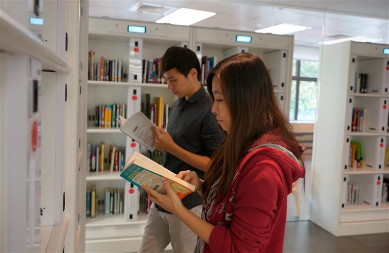西方諺語:「打開一本書,你就打開了一個世界」,透過文字我們可以超越時間和空間的限制,和任何人交談,獲取他們的智慧。這種獲得知識與智慧的過程就如同禮物般被領受、分享與傳播,尤其是當你按下「預約書」的鍵,就像是與圖書館預約了一份禮物,等待預約書的過程,期待這份禮物的到來!覺生紀念圖書館就以「禮物」的概念,利用總圖2樓角落空間,創國內私校大學之首例,引進RFID(無線射頻辨識)智慧型自助預約取書系統,在半開放的空間裡,建置RFID智慧型自助預約取書專區,開啟讀者全新的體驗,打破圖書館傳統的服務模式。