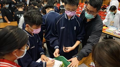 老師正在活動場地指導同學進行分析實驗的樣品製備