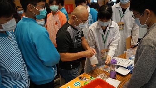 由三重高中同學組成的志工團隊協助活動實驗的進行