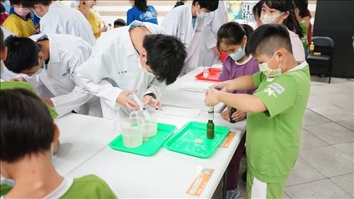 在板橋站的有限空間中,淡江的團隊設計出流水線的實驗方式讓同學做實驗,並由師大附中的同學擔任志工引導同學進行活動