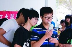從本學期開始,新生於體檢時全面實施肺部一氧化碳(CO)檢測。新生們排隊檢測,同學們也忍不住看其他同學的檢測結果。(攝影�陳怡菁)