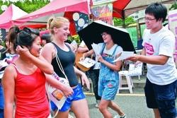 9月9日起在海報街展開社團博覽會,同學們無不卯足全力大聲吆喝,發送傳單,五花八門的社團,讓新生們不知如何選擇。(攝影�黃士航)