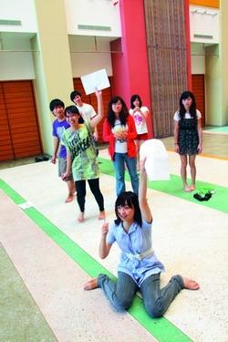 暑期記者研習自強活動舉辦成語填空競賽,記者們積極搶答。