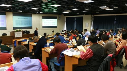 鄧所長講述近年來研究所人數比例下滑,且外籍學生增加