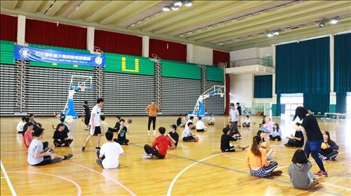 學生們專注地參與課程活動