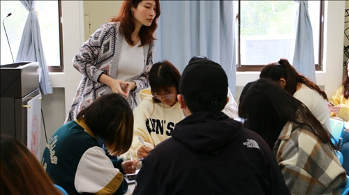 張老師於教室來回走動,適時關注學生學習狀況