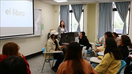 透過限時各組學生敘述單字的解釋,讓答題者能猜中單字的遊戲,營造歡愉的學習氣氛